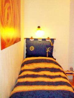 Blue bedroom with two single beds, camera blu con due letti singoli