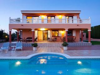 Villa Tino, near Playa d'en Bossa and Ibiza Town! Private Pool, Wifi and Aircon.