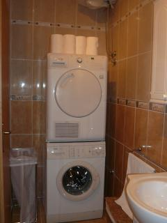 2 Full Bathrooms with washing machines