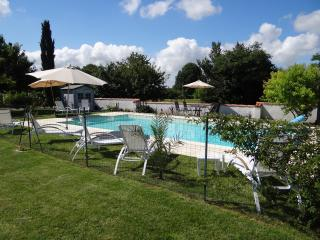 Sunny holiday villa with beautiful heated pool, Lorignac