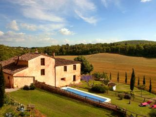 Beautiful Private Villa, pool, hot tub,fee wi-fi, 15 km from Siena