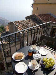 Frühstücken auf dem Balkon — Balcony breakfast