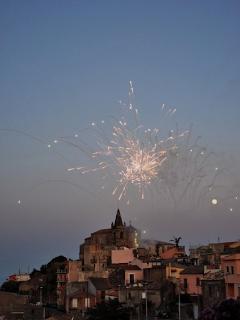 Abendliches Feuerwerk, Forza d'Agrò — Firework at dusk, Forza d'Agrò