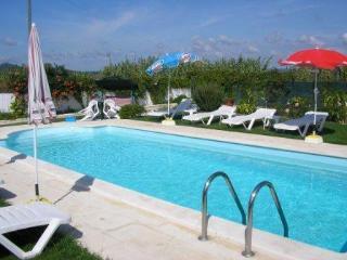 Espaço de lazer:piscina partilhada, espaço relvado c/mobiliário.