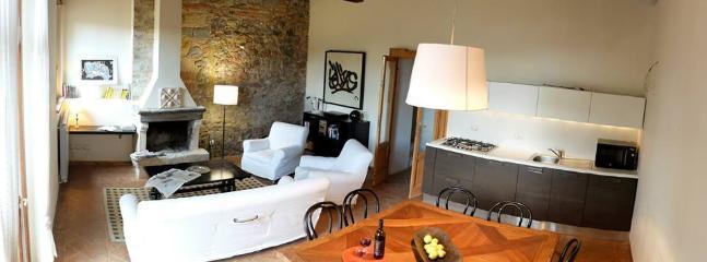 cucina e soggiorno con camino appartamento 2