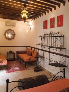 Chambre orange 1er étage et son petit salon