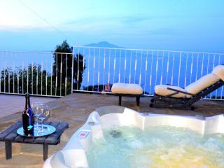 Amalfi Coast Villa Augusta A, private terrace, tub, free parking, sleeps 8