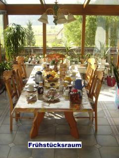 Frühstücksraum im Wintergarten mit herrlichen Ausblick ins Saaletal.