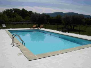 La piscine face au Luberon, bronzette garantie