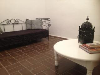 petit salon séparé (coin lecture pour les nombreux livres sur le Maroc)