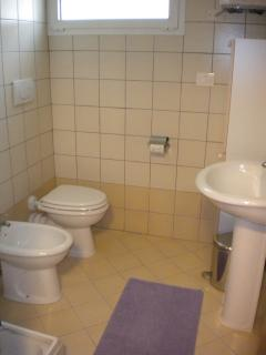 bathroom (towels supplied) bagno ( fornito di asciugamani)