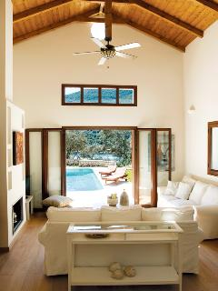 Spacious living room-romantic atmosphere