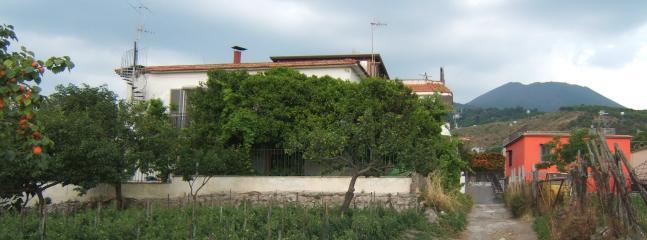 la casa con il Vesuvio alle spalle