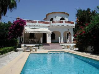 CASA ZENIA, 3-bed family villa with WiFi sleeps 7, Moraira