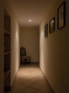 particolare del corridoio che porta alle camere matrimoniali