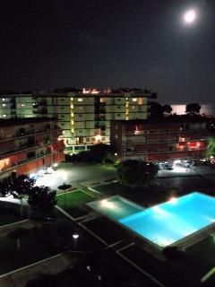 Imagen nocturna de la urbanización, un placer el baño nocturno a la luz de la luna
