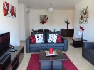 Quinta das Palmeiras 3 Bed Apt - Wifi & Indoor Swimming Pool