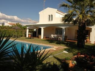 Luxury villa with private pool and garden. Near beach and golf. Free Wi-Fi