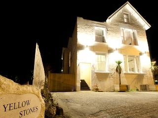 Yellowstones Beach House, 8 Bedrooms, sleeps 26, Sea Views, with Hot Tub.