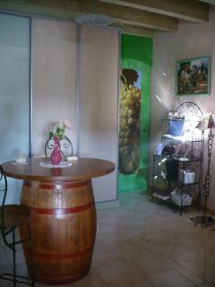 Partenariat avec les vignerons de proximité. Dégustations de leurs vins au gîte avec convivialité...