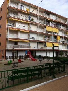 parque infaltil, con columpios, mesa ping pong, mi apartamento esquina arriba  izquierda