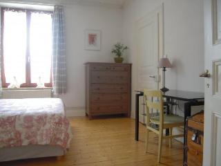 La chambre vue du hall d'entrée. La porte après le bureau donne accès au salon.