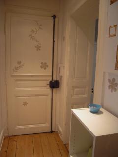 Porte d'entrée de l'appartement, vue du petit hall intérieur
