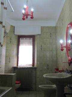 Bagno rosso (con vasca da bagno)