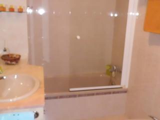 Baño principal con mueble, encimera y mampara baño.