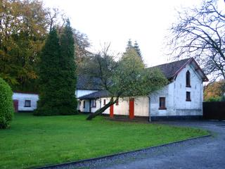 Carriage cottage seen from the entrance from the street.