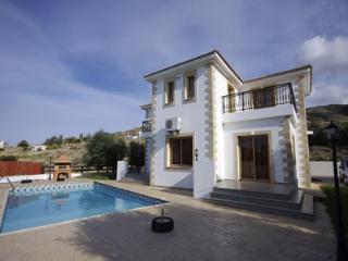 Villa Demetra, Pomos