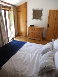 Bright, spacious double bedroom overlooking the courtyard