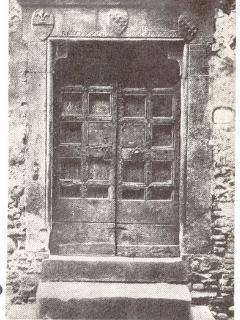 Foto del 1910 con il portale in pietra e la porta originale, oggi custodita all'interno