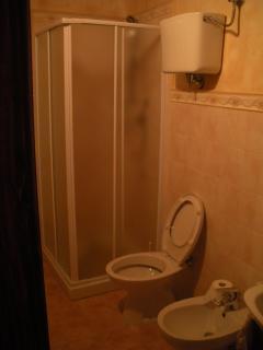 Bagno con cabina doccia.