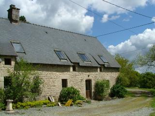 Chestnut cottage with shared heated pool, Guémené-sur-Scorff