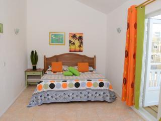 Ensuite Master bedroom 1 with Balcony facing the pool /La chambre maître avec salle d'eau