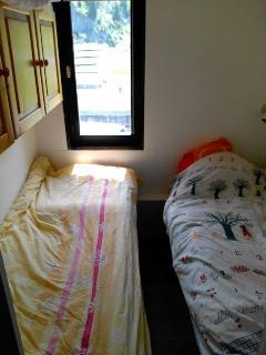 Petite chambre-cabine séparée de la pièce principale