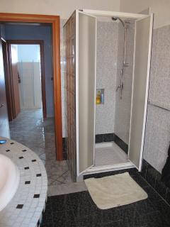 La cabina doccia del bagno.