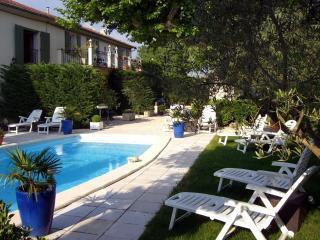 Gite dans vieux mas avec piscine en Provence- Glycines
