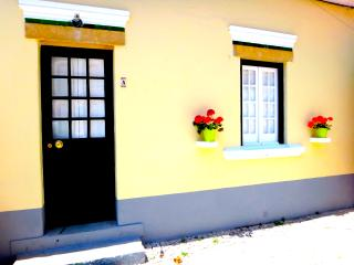 Julia's Páteo - Yellow House, Carcavelos