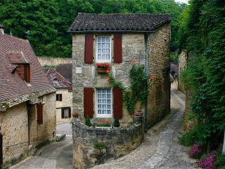 Romantic Stone Cottage, Steps Away from Shops and Restaurants