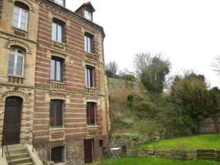 L'immeuble ancien est en brique. Le duplex est à droite.