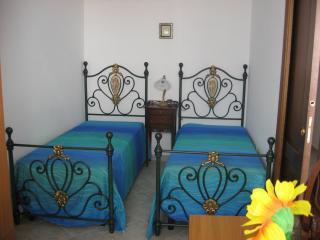 camera da letto con due lettini