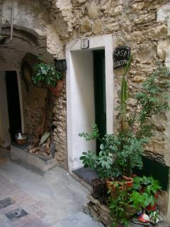 'Casa Sergente' : the front door in Via Gaudio