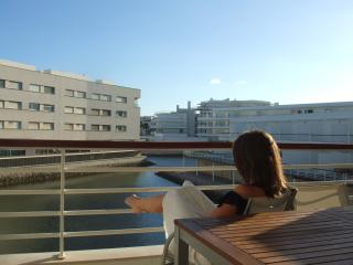 Spacious marina apartment with balcony views near to pool, wifi, freeview, sky