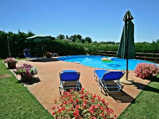 Impressive stone-built cottage with private grounds and pool close to medieval Tuscan town of Colle Val d'Elsa, Colle di Val d'Elsa