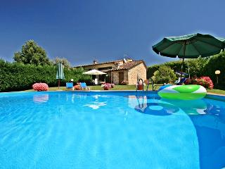 Impressive stone-built cottage with private grounds and pool close to medieval Tuscan town of Colle Val d'Elsa