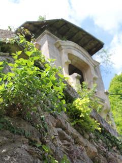 Au pied de la terrasse, vous découvrirez un vieux château d'eau.