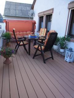 20 m² balcony with table, six chairs and hollywood swing