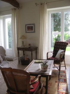 La pièce à vivre ouvre sur la terrasse par deux grandes portes-fenêtres